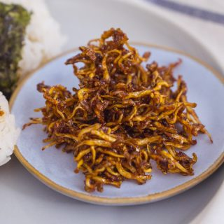 Mae-un Myulchi Bokkeum (Korean Spicy Stir-fried Anchovies) – Soo-mi's Side Dishes